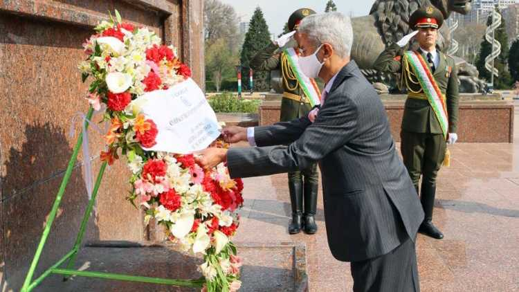 EAM S Jaishankar pays respect at the monument of Ismoili Somoni founder of the first Tajik state, in Dushanbe (FILE PHOTO)