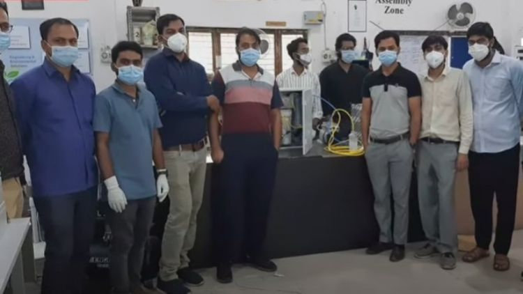AMU students who made oxygen concentrator with their teachers
