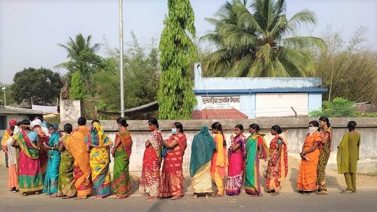 People cast their vote in Midnapore