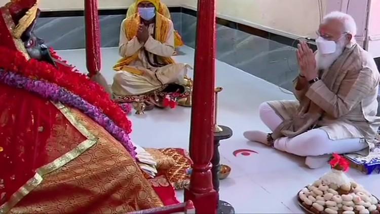 Narendra Modi paying obeisance at Kali temple in Bangladesh